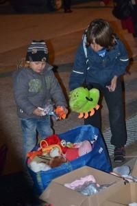 το ΚΙΦΑ Δράμας μοιράζει παιχνίδια στα παιδιά των προσφύγων από τη Συρία