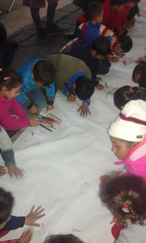 Όλοι μαζί, ζωγραφίζουμε τα χέρια μας στο χαρτί!